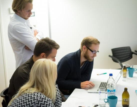 Teilnehmer schauen gemeinsam auf eine gelöste Aufgabe